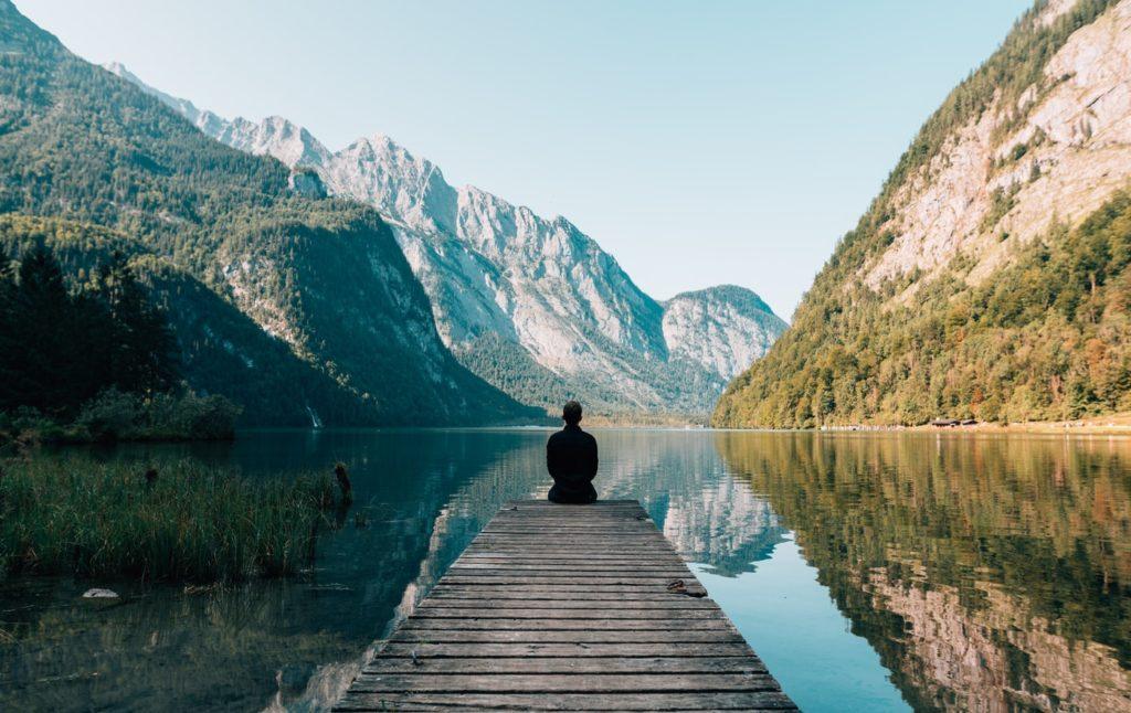 Slow tourisme personne seule face à la montagne