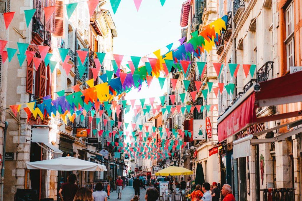 Bayonne ruelle drapeaux multicolor
